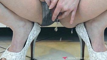 Squirting - Une française femme fontaine se masturbe jusqu'à jouir sur vends-ta-culotte.com