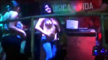 Se desnuda y muestra toda la concha para ganar jarra en discoteca hakuna en cajamarca