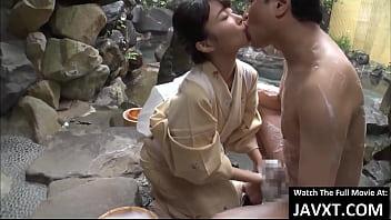 温泉旅館の若女将が朝風呂で男性客を洗体おもてなし
