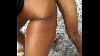 Esposa gemendo na rola do comedor na praia