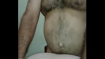 Carpintero maduro de verga gruesa y cabezona le llena el culo de leche a mi mujer