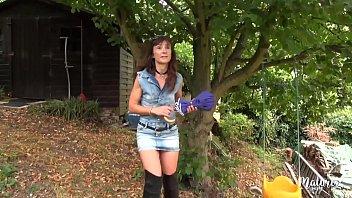 Lily , mature sexy baisée dans la cabane du jardin