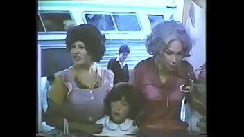 """Claudia Tate, actriz de cine y fotonovelas es atacada por """"Los Tejones"""", una pandilla de desalmados en la película """"Barrio salvaje""""."""