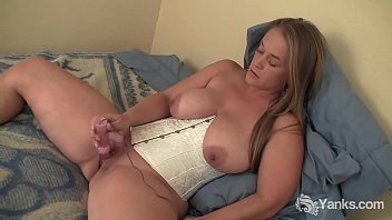 Yanks MILF Nixie Live Plays With Her Rabbit Toy