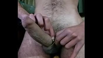 Magrinho dotado medindo o pau