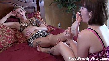 Leyla loves Bella's relaxing foot worship