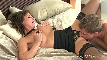 MOM Eating that juicy MILF pussy 11分钟