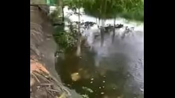 Bơi bị tuột quần