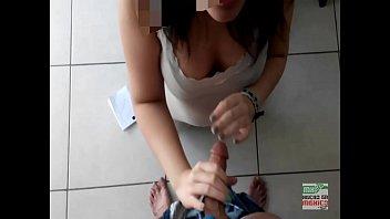 Dulce putita colegiala adolecente dando una mamada amateur mexicana mostrando su gran habilidad para hacer sexo oral, ordeñar y tragar semen. Le encantan las vergas lechudas