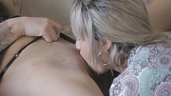 Blonde does delicious caresses in the pussy of the brunette