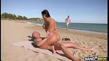 sentando na praia e tirando selfie