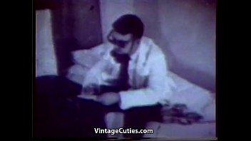 Две медсестры осматривают парней видео