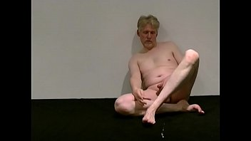 For foot fetish lovers: Porn Actor Tom Reider makes a cumshot on his foot