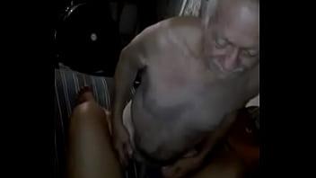Le contratan una puta a viejito y no se le para