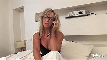Marina sirtis sexy - Marina mature sexy, se tape son jeune voisin
