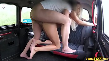 Thick cock stretches a shaved pussy on a cars backseat