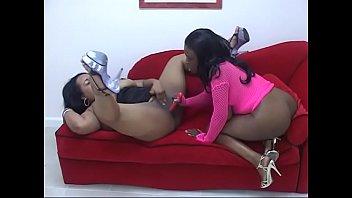 Juggy ébano lésbicas com bundas enormes Lola Lane e XXXplosive brincam com brinquedos e bocetas