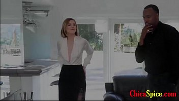 Vendedoras de casas tiene un rico culo y esta con su cliente en la sala y ella se pone cachonda se d