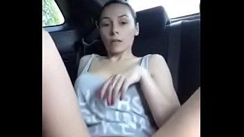 ella en el carro