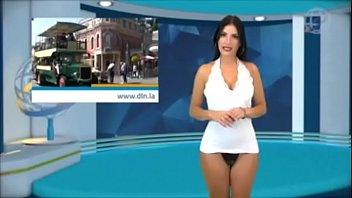 Women doing the news nude Desnudando la noticia febrero