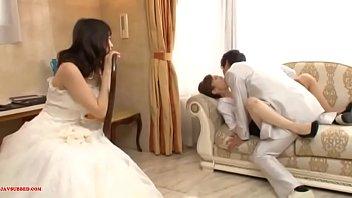 आदमी अपनी पत्नी के सामने सुंदर वर के साथ सेक्स करता है