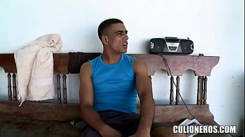 Colombiana arrecha folla con el mecánico