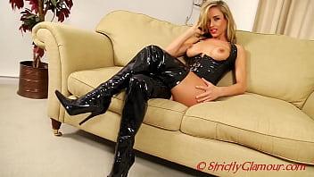 富有魅力的情妇梅勒妮(Melanie)表现出惊人的美感,因为她用湿润的橡胶紧身胸衣和膝盖高的靴子嘲弄自己的奴隶。