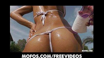 Bikini au - Stunning sun tanned bikini babe masturbates by the pool