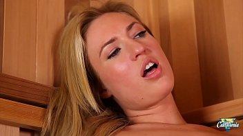 Victoria White blonde sexy se fait enculer au spa