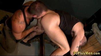 Muscled dude gets jizzed