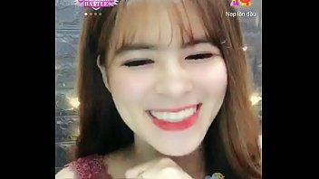 Hotgirl Nguyệt livestream trên Uplive