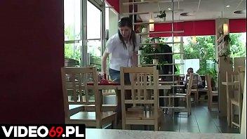 Polskie porno - Małolata wyrywana w fast foodzie