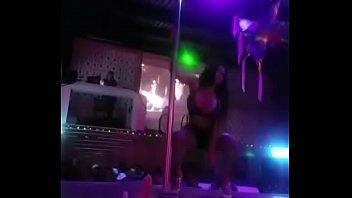 Puta chichona bailando tubo