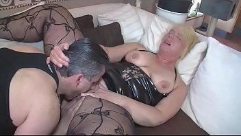 Mann überrascht seine Frau beim masturbieren und fickt sie hart