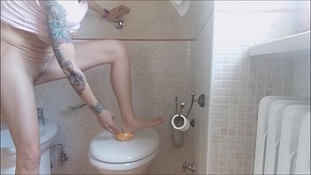 9654 a beautiful pee ... on orange! I must be crazy or perverted preview