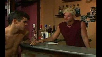 O bar gay - 2 fodem com o bar man loiro