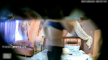情趣酒店拍攝到的苗條長發氣質美女與猥瑣小胖哥開房偷情啪啪 多種體位玩弄幹的直叫受不了
