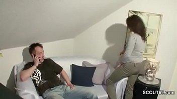 Notgeile Putzfrau fickt mit ihm als seine Alte weg ist Thumb