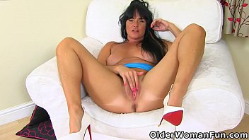 British milf Leah works her fanny with fingers