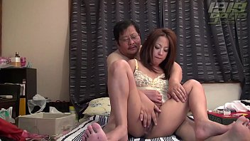 MILF Presents Her Wide Open Pussy