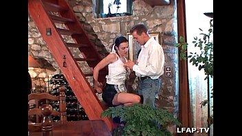 La femme de menage francaise se fait ramoner le cul et prend sa dose de fruits