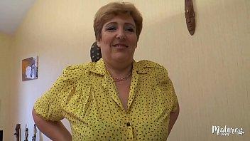 Sophia, mature aux gros seins se tape deux jeunes