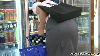 Tricking the convenience store babe into a toy fuck
