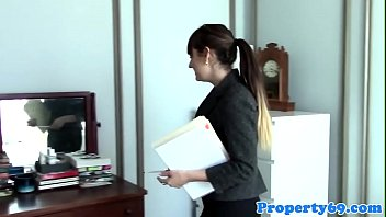 Amateur realtor pussyfucked during viewing