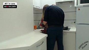 في المطبخ يمارس الجنس مع العمود الرطب لأخته - xxaxx.com