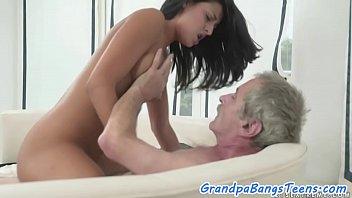 Mlada ženska pojaha starejšega moškega