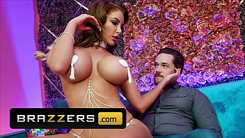 Curvy (Nicolette Shea) Gives A Private Peep Show And A Sultry Lap Dance To (Kyle Mason) - Brazzers porno izle