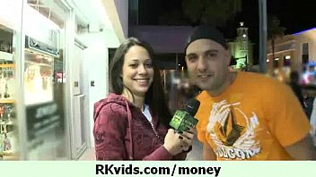 La sua figa guadagna loro soldi per vivere 12