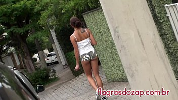 Flagras - Gata caminha pelas ruas com shorts socado na bunda!