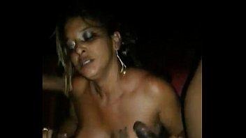 Orgia com uma loira na casa de swing...!!!